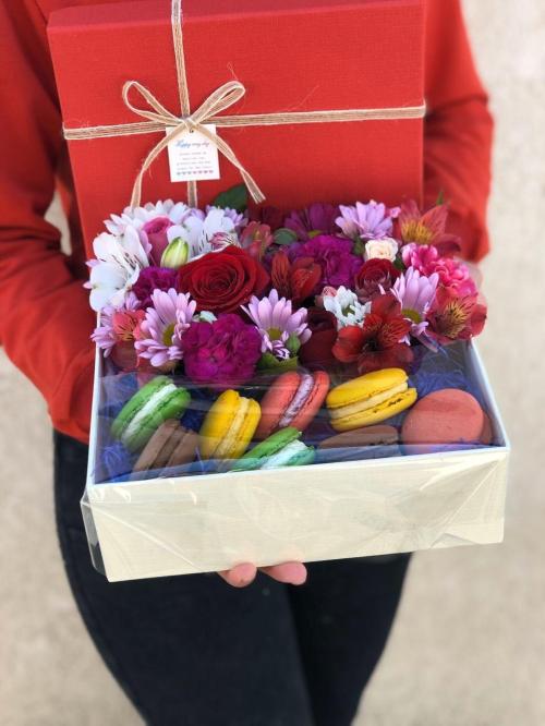 Коробочка с макарунсами и миксом цветов
