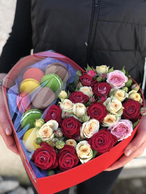 Сердце из Кустовых роз и макарунсами.