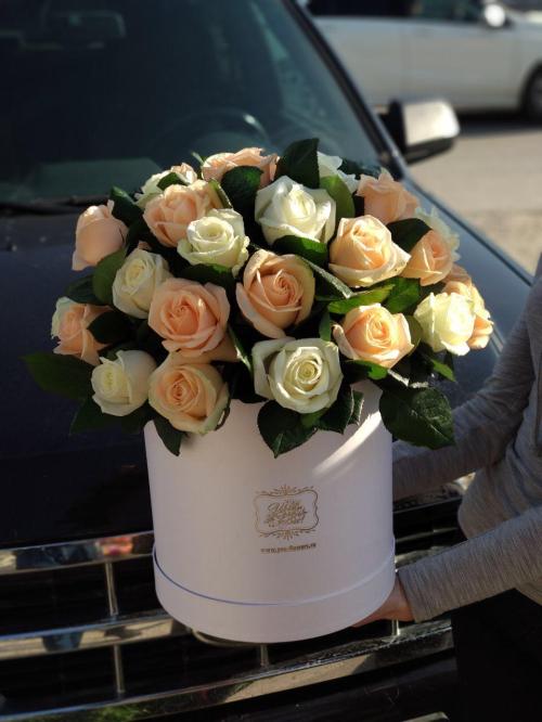 Шляпная коробка из 31 белая и кремовая роза в коробке