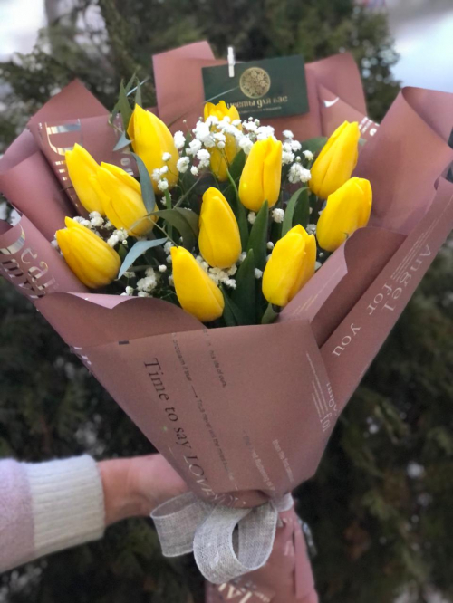 Яркий букет из желтых тюльпанов
