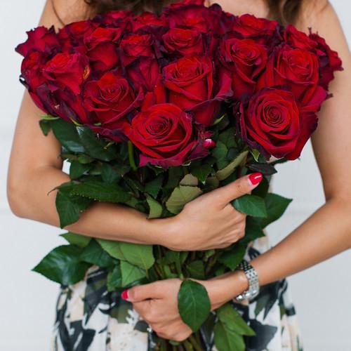 Классический букет 25 красных роз, перевязанных лентой