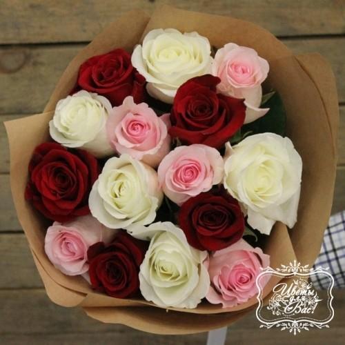 Букет из 15 красных, белых и розовых роз