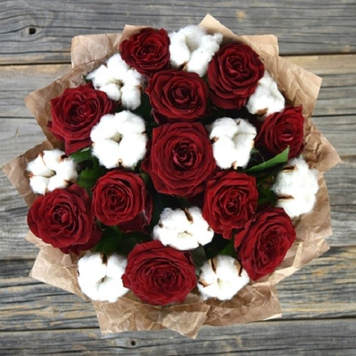 Букет с розами Гран При и хлопком (средний)