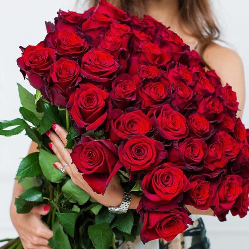 Шикарный букет из 51 красной розы, перевязанных лентой.